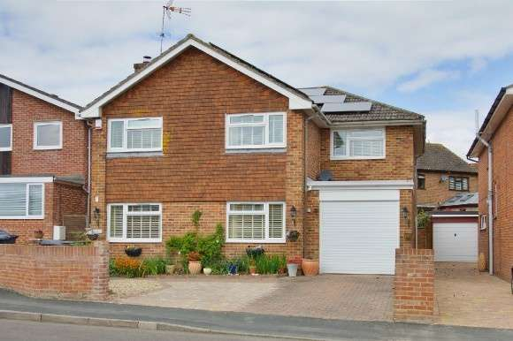 4 Bedrooms Detached House for sale in Charlton, Andover