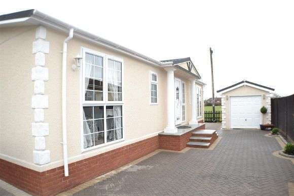 2 Bedrooms Detached House for sale in Fairfield Park, West End Road, Mortimer Common, Reading