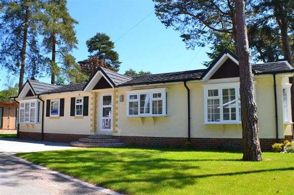 2 Bedrooms Property for sale in Lissett Linden, Lone Pine Park, Ferndown