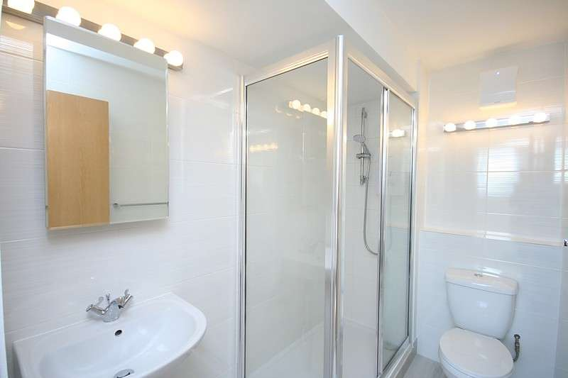 2 Bedrooms Flat for sale in Christian Square, Ward Royal, Windsor, SL4