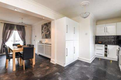 3 Bedrooms Terraced House for sale in Broom Close, Bromley