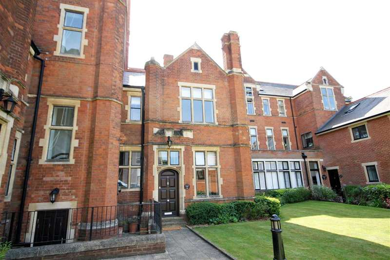 2 Bedrooms House for sale in Royal Connaught Drive, Bushey, WD23