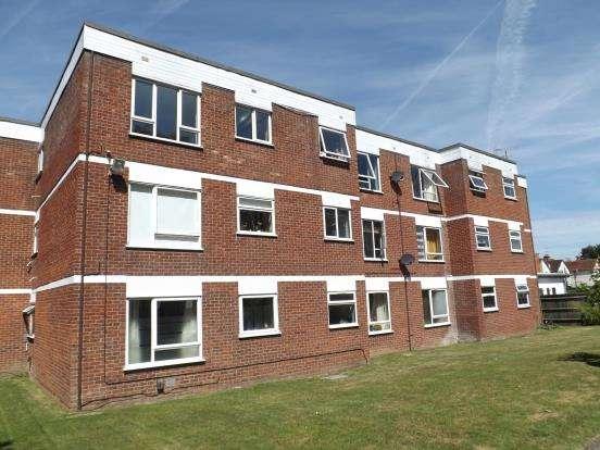 2 Bedrooms Flat for sale in Fleet Road, Fleet, Hampshire