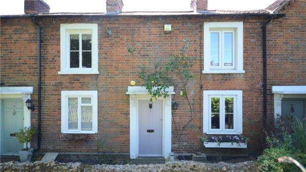 2 Bedrooms Terraced House for sale in Coopers Terrace, East Street, Farnham