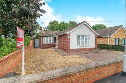 2 Bedrooms Bungalow for sale in Coneygree Road, Stanground, Peterborough, Cambridgeshire