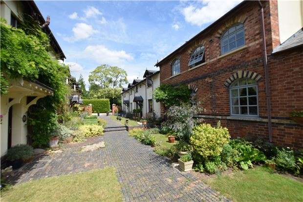 2 Bedrooms Mews House for sale in East Court Mews, GL52 6UN
