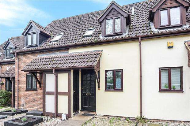 2 Bedrooms Terraced House for sale in King George Close, Sunbury-on-Thames, Surrey
