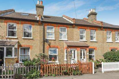 2 Bedrooms Terraced House for sale in Lakes Road, Keston