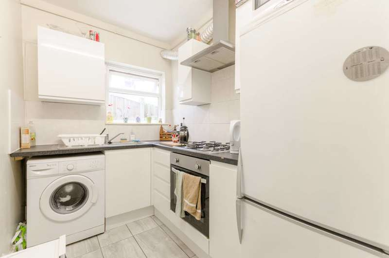 2 Bedrooms Flat for sale in Warren Road, Leyton, E10