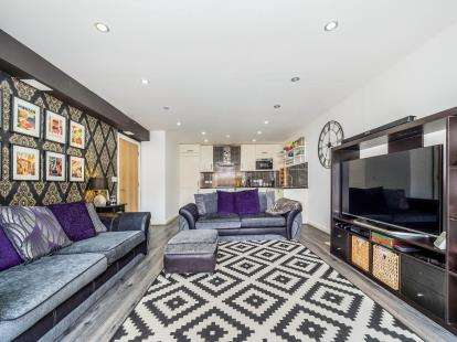 2 Bedrooms Flat for sale in Yellowpine Way, Chigwell, Essex