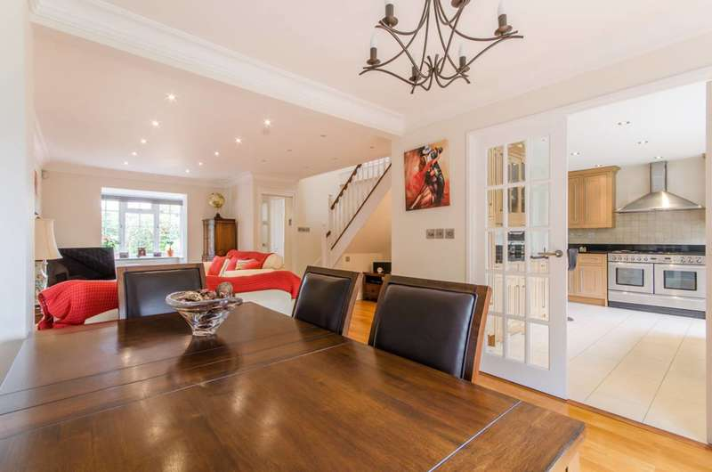 4 Bedrooms House for sale in Crothall Close, Palmers Green, N13