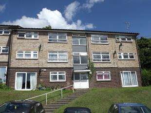 2 Bedrooms Flat for sale in Edgeworth Close, Whyteleafe, Surrey