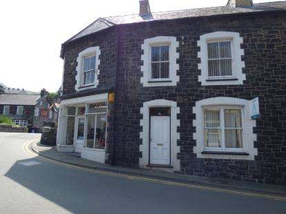 3 Bedrooms End Of Terrace House for sale in Central Buildings, Village Road, Llanfairfechan, Conwy, LL33