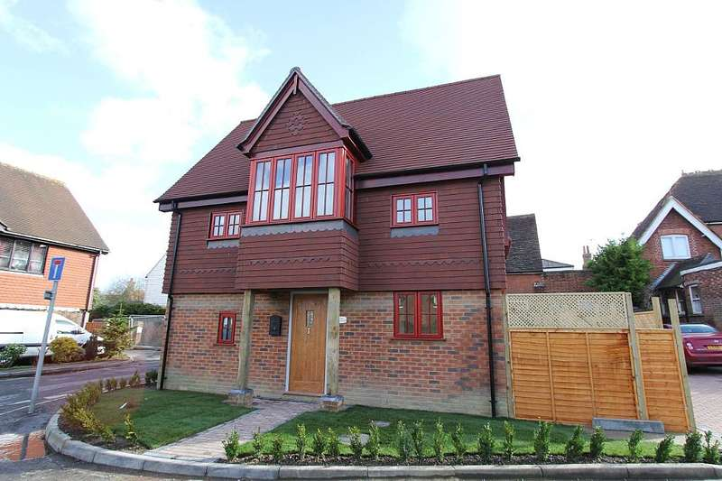 2 Bedrooms Semi Detached House for sale in Post Office Road, Hawkhurst, Cranbrook, Kent, TN18 4BF