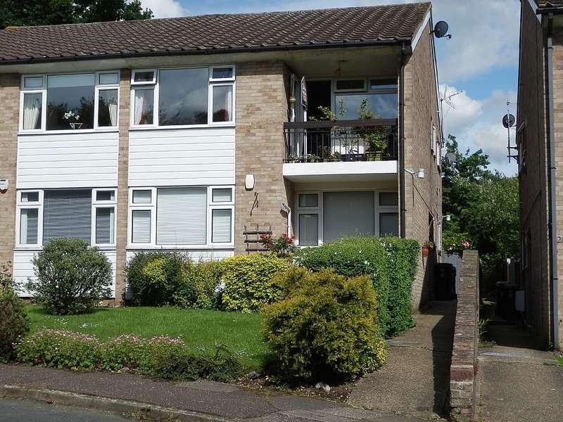 2 Bedrooms Flat for sale in The Cedars, Buckhurst Hill, Essex, IG9 5TS