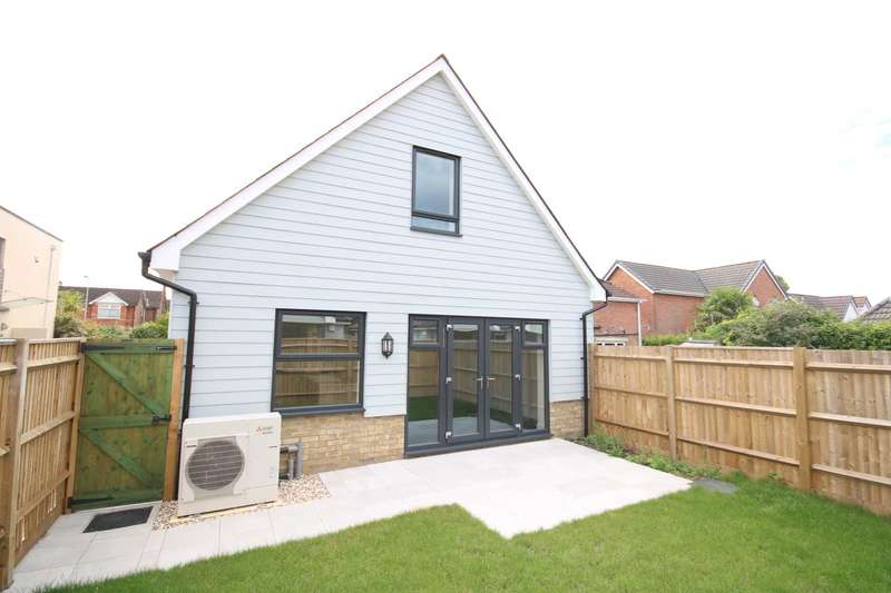 3 Bedrooms Chalet House for sale in BH22 VICTORIA ROAD, Ferndown