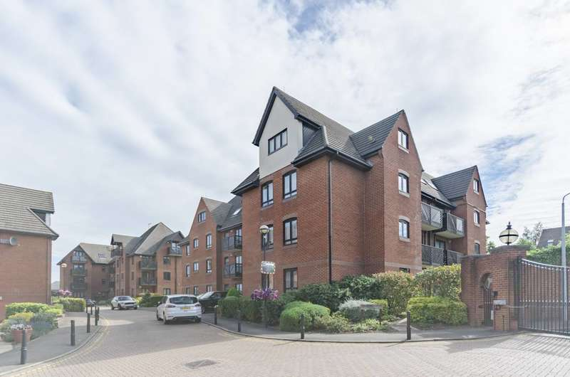 2 Bedrooms Flat for sale in Boleyn Court, Buckhurst Hill, IG9