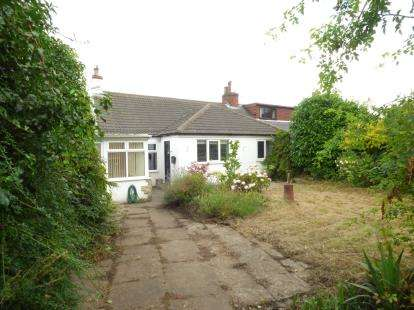 2 Bedrooms Bungalow for sale in Shay Lane, Walton, Wakefield, West Yorkshire