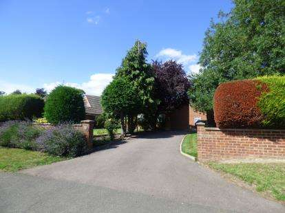 3 Bedrooms Bungalow for sale in Severn Drive, Newport Pagnell, Milton Keynes, Buckinghamshire