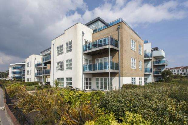 2 Bedrooms Flat for sale in Sandbanks, Poole, BH13