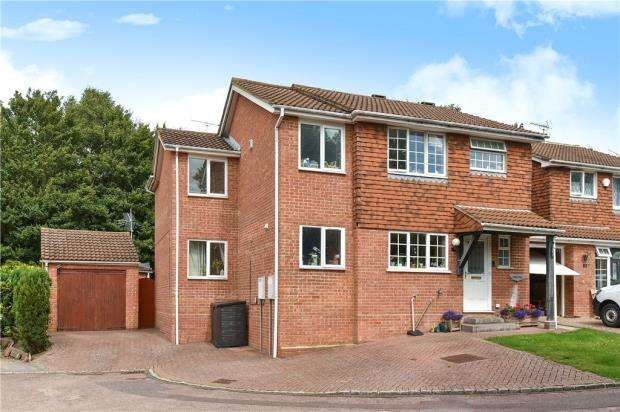 4 Bedrooms Detached House for sale in Dovedale Close, Sandhurst, Berkshire