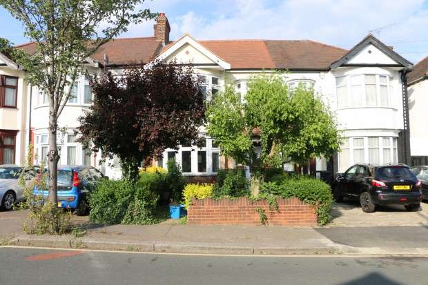 3 Bedrooms Terraced House for sale in Edwina Gardens, Ilford, IG4