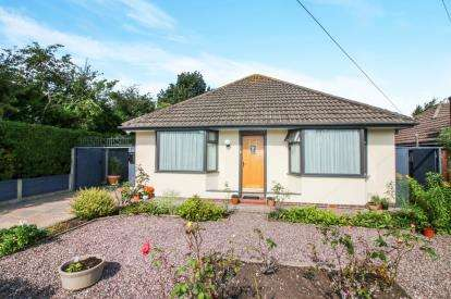 2 Bedrooms Bungalow for sale in Greenways, Lytham St. Annes, Lancashire, United Kingdom, FY8