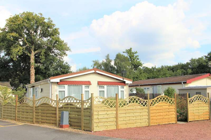 2 Bedrooms Park Home Mobile Home for sale in Park Lane , Finchampstead , Wokingham, RG40 4PY