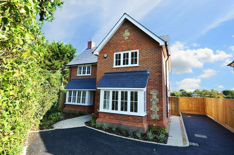 3 Bedrooms Detached House for sale in Straight Bit, Flackwell Heath, HP10