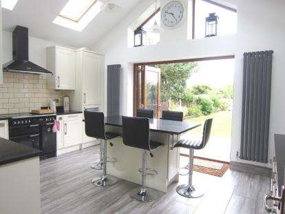 4 Bedrooms Bungalow for sale in Pilgrims Hatch, Brentwood, Essex