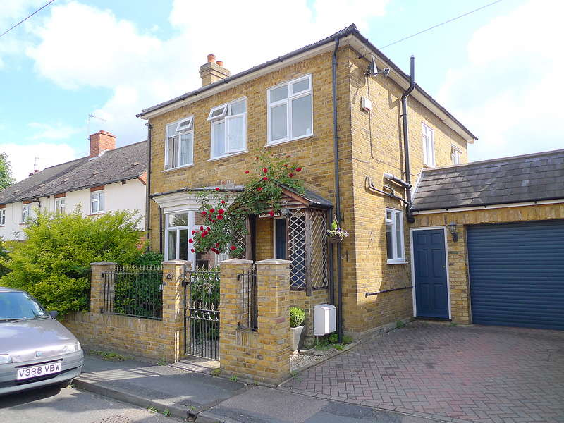 3 Bedrooms Detached House for sale in Hersham