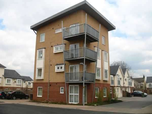 2 Bedrooms Flat for sale in Whitehall Close, Borehamwood