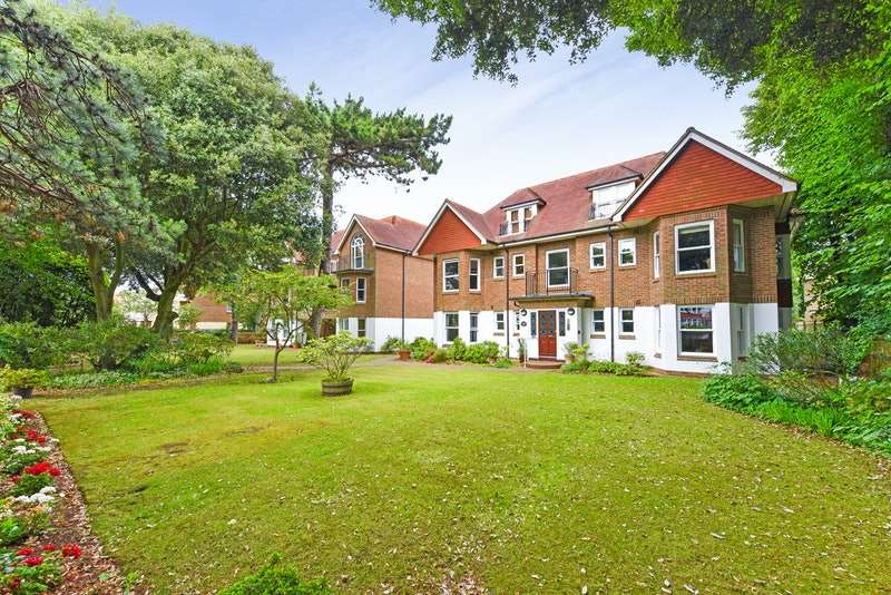 2 Bedrooms Apartment Flat for sale in Grand Avenue, Worthing, West Sussex, BN11