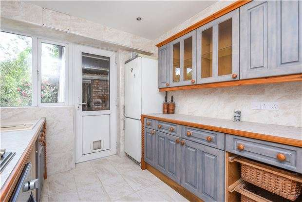2 Bedrooms Maisonette Flat for sale in Barnfield Avenue, MITCHAM, Surrey, CR4