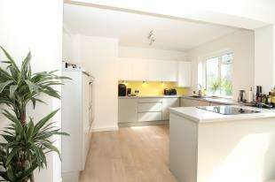 3 Bedrooms Flat for sale in Southend Road, Beckenham, Kent, Uk
