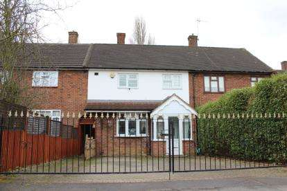 3 Bedrooms Terraced House for sale in Hainault, Ilford, Essex