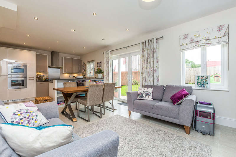 4 Bedrooms Detached House for sale in Berry Avenue, Whittle-Le-Woods, Chorley, PR6