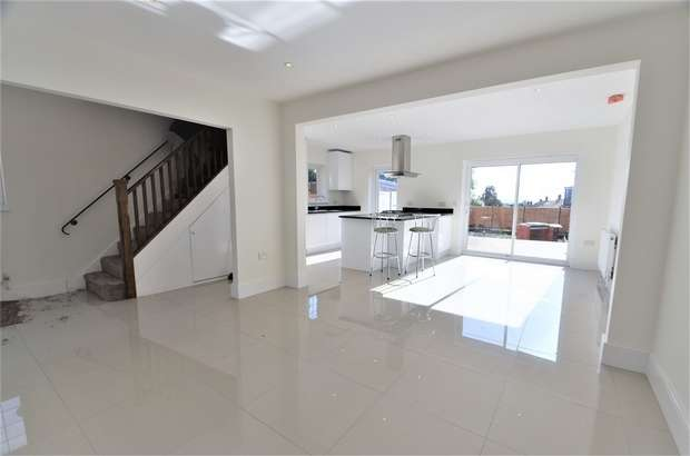 4 Bedrooms Semi Detached House for sale in Worcester Crescent, London