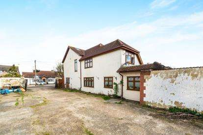 3 Bedrooms Detached House for sale in Mawneys, Romford, Essex