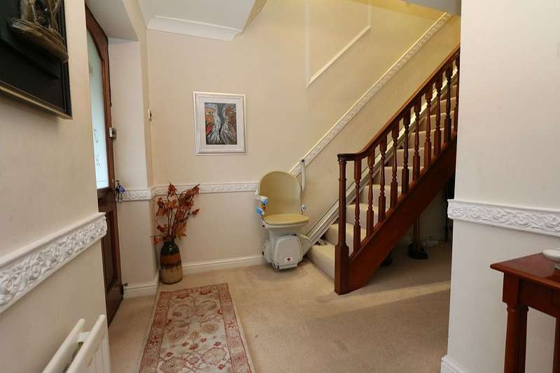 3 Bedrooms Detached House for sale in Fox Hill Drive, Stalybridge, Greater Manchester, SK15 2RP