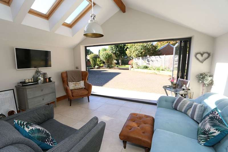 3 Bedrooms Semi Detached House for sale in Gold Street, Hanslope, Milton Keynes, Buckinghamshire, MK19 7LU