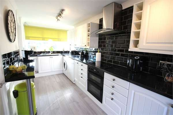 3 Bedrooms End Of Terrace House for sale in Skarnings Court, Winters Way, WALTHAM ABBEY, Essex