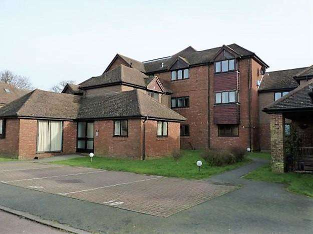 2 Bedrooms Flat for sale in Whitegates, Stonegate Way, Heathfield, East Sussex, TN21 8NW
