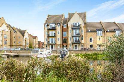 3 Bedrooms Flat for sale in Wren Walk, Eynesbury, St. Neots, Cambridgeshire