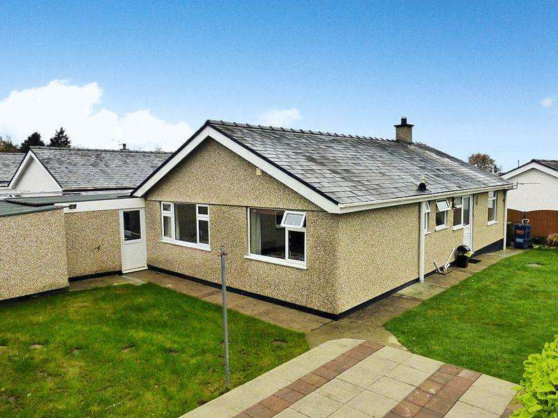 3 Bedrooms Detached House for sale in Groeslon