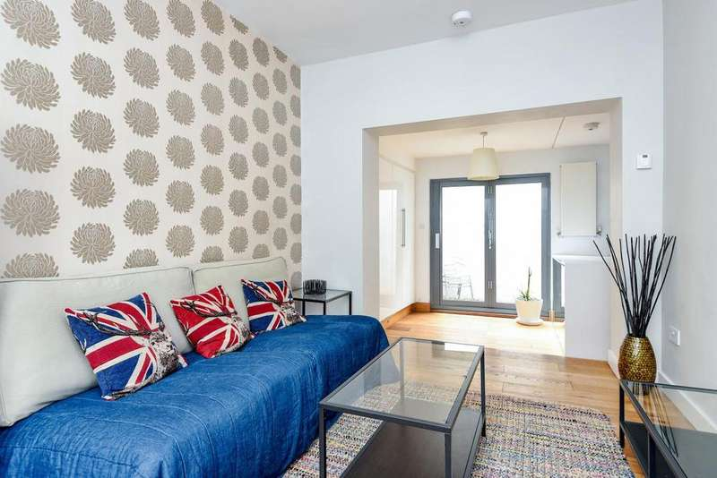 2 Bedrooms Flat for sale in Simpson Street, Battersea