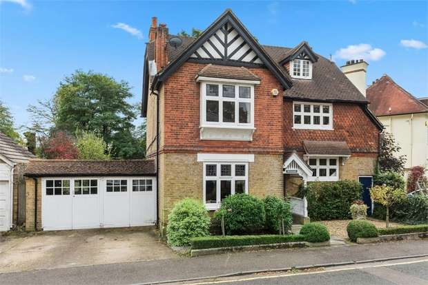 5 Bedrooms Detached House for sale in Burwood Park Road, Hersham, Surrey