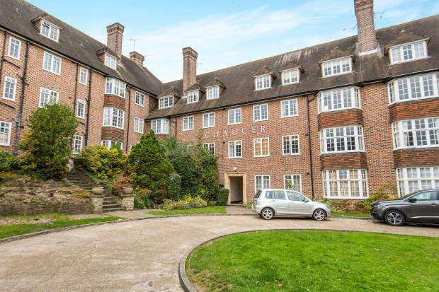 3 Bedrooms Flat for sale in Lawn Road, Guildford, Surrey