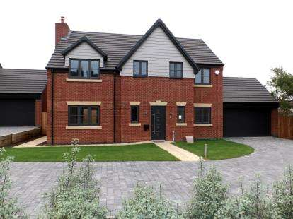 4 Bedrooms Detached House for sale in Willows Lane, Atherstone, Warwickshire