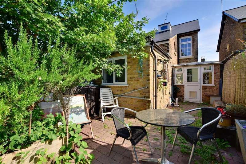3 Bedrooms Semi Detached House for sale in Forest Road, Loughton, Essex